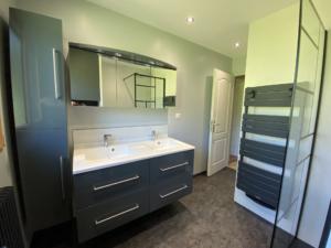 Salle de bain avec des matériaux haut de gamme